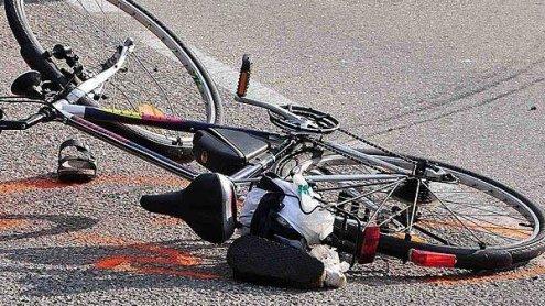 Radlerin bei Fahrstreifenwechsel von Auto erfasst: Schwer verletzt