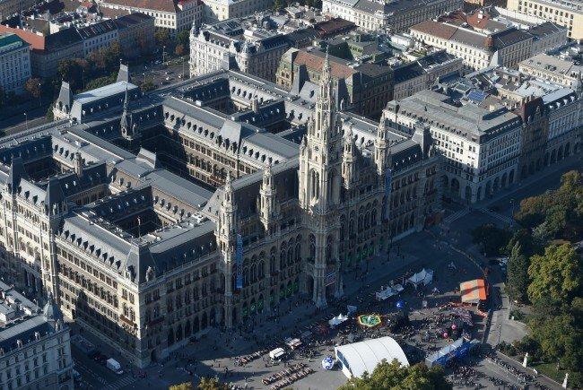 Das Rathaus muss saniert werden - wo wird mittels Schleckprobe geklärt.