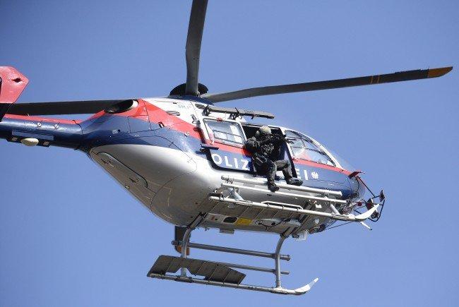 Die Fahndung nach dem Flüchtigen wurde von einem Hubschrauber des Innenministeriums unterstützt.