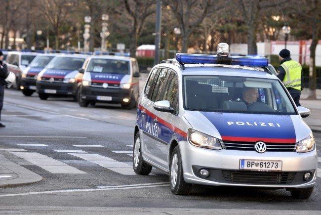 Der Mann wollte einen Polizeibeamten aus dem Streifenwagen zerren.