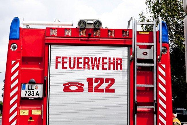 Die Feuerwehr muss eine 25-Jährige aus einem Bus bergen