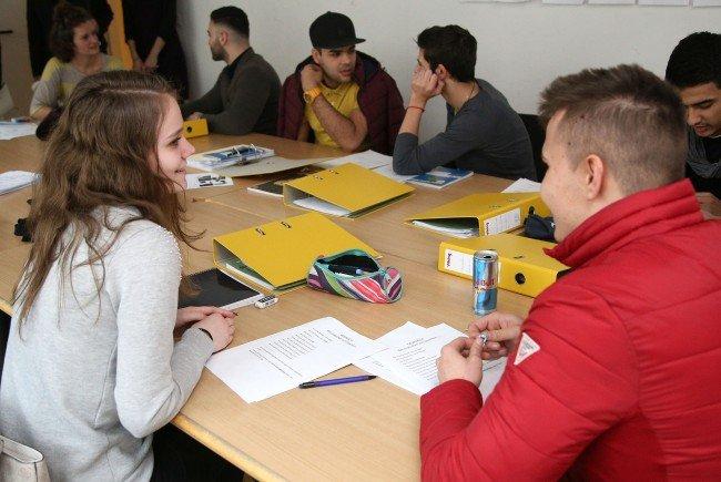 Die Jugendlichen lernen gemeinsam in Kursen.