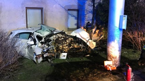 Auto krachte gegen Hausmauer: Lenker wurde schwer verletzt