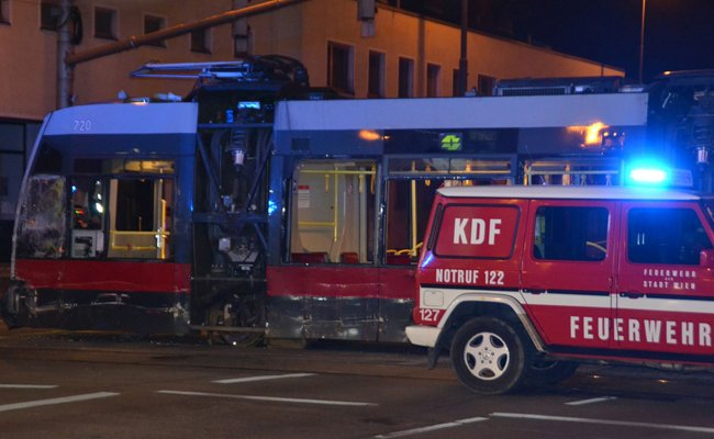Eine Straßenbahn und ein Reisebus kollidierten in Wien-Donaustadt.
