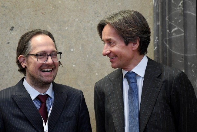 Immer für einen Lacher gut: Anwalt Norbert Wess (l.) und Karl Heinz Grasser.