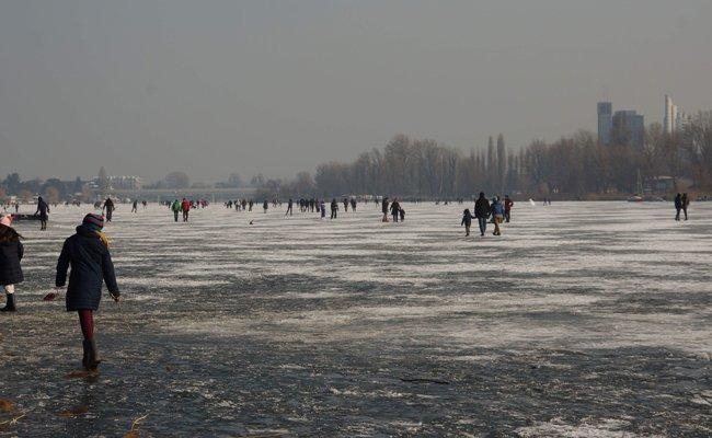 Trotz der offenen Stellen wagten sich viele Menschen auf die Alte Donau.
