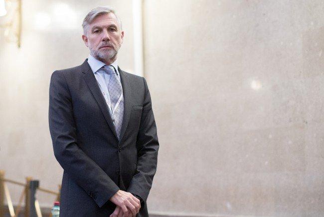 FPÖ-Politiker Walter Meischberger grübelt darüber nach, wo seine Leistung hätte gewesen sein können.