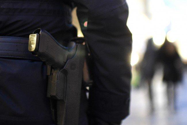 Die Polizisten wurden gerufen, um den Familienstreit zu schlichten.