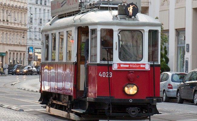 Die 1. Wiener Walzer Bim nimmt ihre Fahrgäste auf eine musikalische Reise durch die Stadt mit.