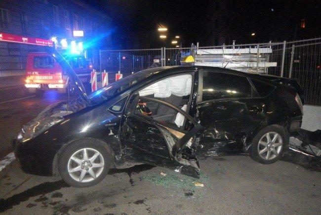 Eines der beschädigten Fahrzeuge nach dem Unfall in Wien-Favoriten.