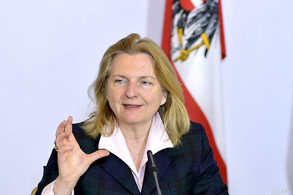 Karin Kneissl bietet Wien als Verhandlungsort an
