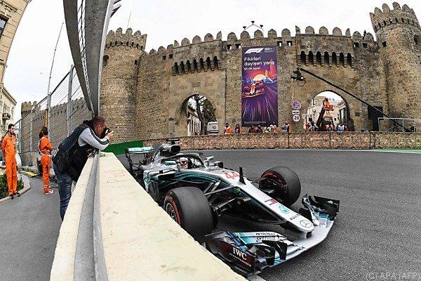 Fotogelegenheit: Lewis Hamilton vor der Stadtmauer von Baku
