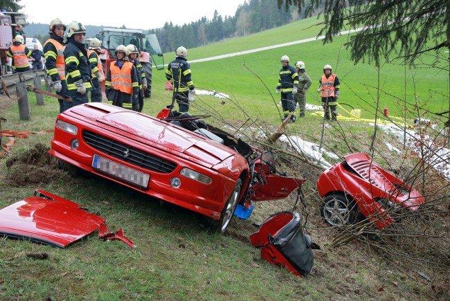Der Sportwagen wurde bei dem Unfall in zwei Teile gerissen.