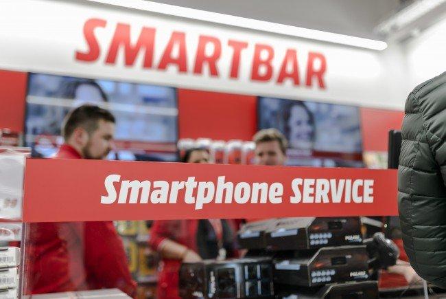 Handy kaputt? Bei den Smartbars in MediaMarkt und Saturn kann man es reparieren lassen.