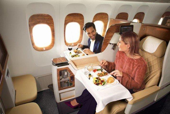 In der Business Class von Emirates beginnt die Hochzeitsreise.