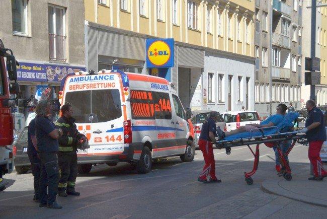 Der Mann wurde mit Verletzungen in ein Krankenhaus gebracht.