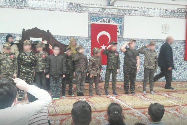 Kinder mussten als Soldaten posieren.