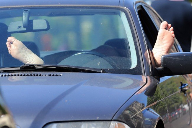 Im autonomen Auto kann man als Fahrer ganz relaxed die Hände verschränken (Symbolbild).