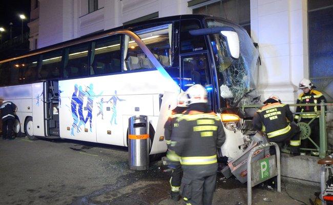 Reisebus knallt in U6-Station in Wien