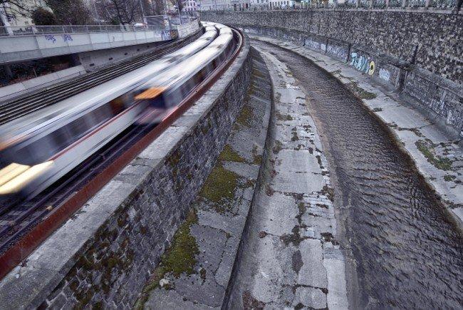 Leihfahrräder auf Gleise der Wiener U-Bahnlinie U4 geworfen: Unterbrechung.