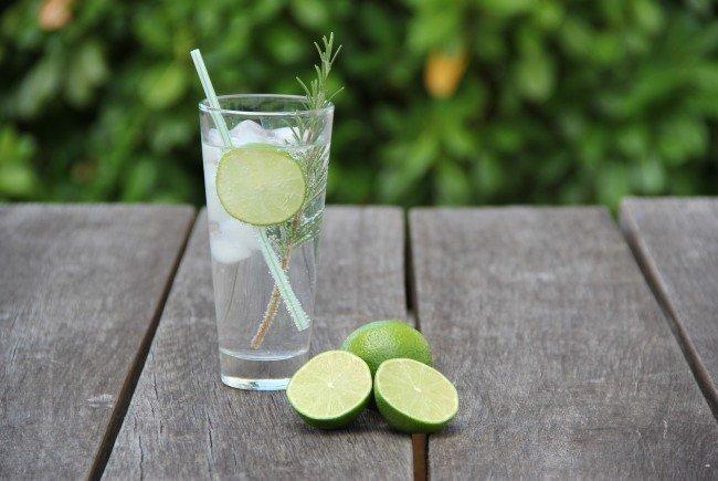 Ist Gin Tonic ein Geheimmittel gegen Heuschnupfen? Die Antwort lautet: nein.