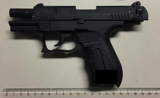 Ein 14-Jähriger zog die Waffe und bedrohte damit das Opfer.