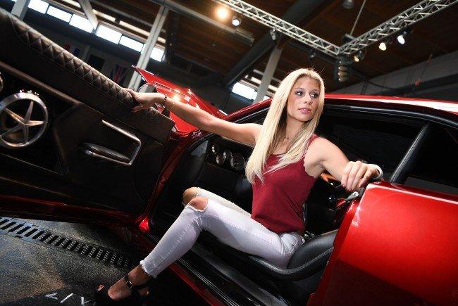 """Miss Tuning Vanessa Schmitt im Dodge Charger """"RTR"""" von Johan Eriksson, Teilnehmer beim ETS."""