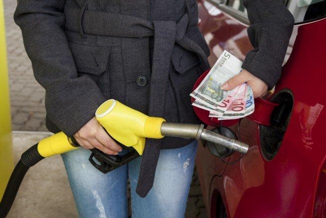 Zu Pfingsten müssen Autofahrer für einen vollen Tank wieder tief in die Tasche greifen.