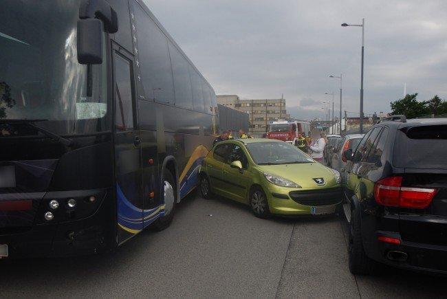 Wien: Defekter Reisebus rammt ein 12 Pkw in Wien-Liesing