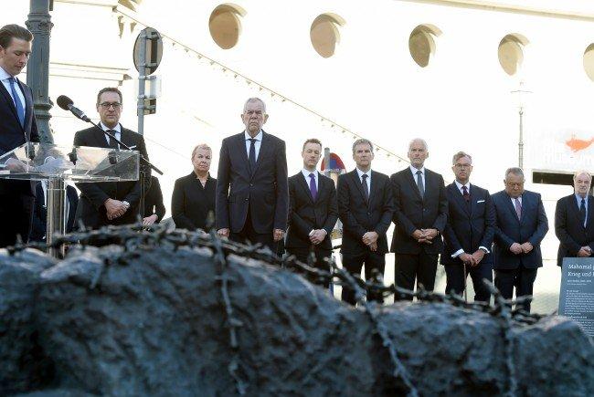 Regierungsmitglieder bei der Kranzniederlegung in Wien.