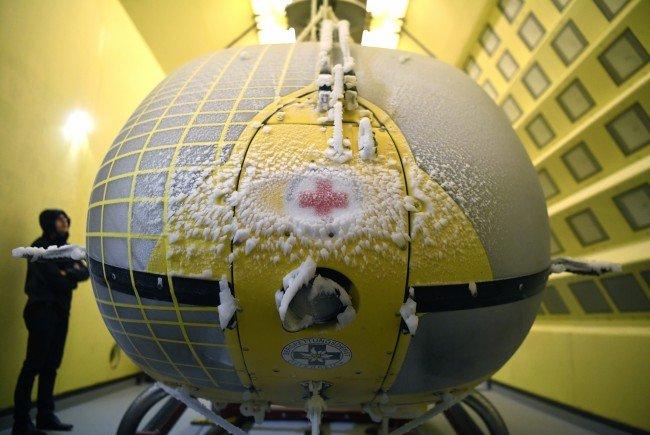 Ein ÖAMTC-Hubschrauber wird zu Testzwecken im Wiener Windkanal vereist.