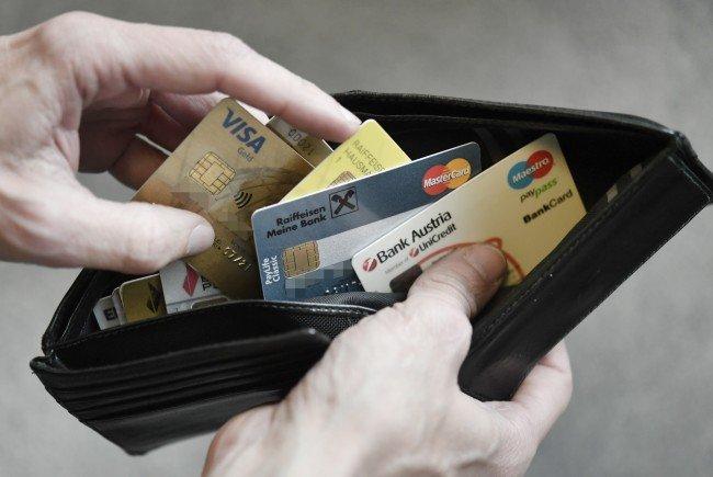 Österreicher zahlen immer häufiger mit Bankomatkarte.