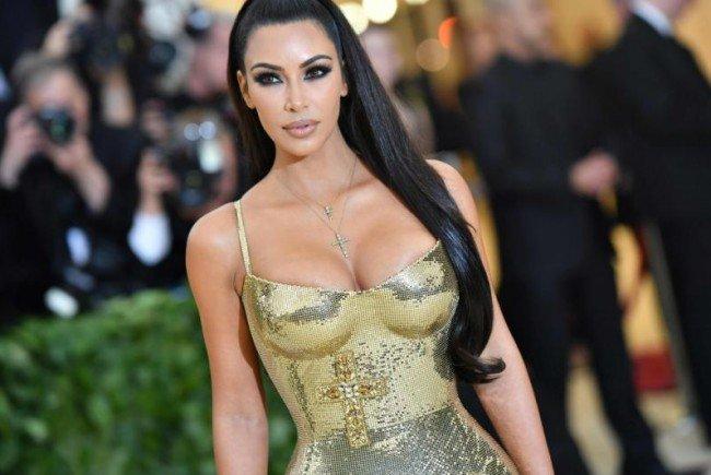 Kim Kardashian lässt wieder mal die Hüllen fallen