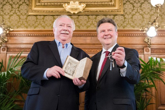 Fairer tausch: Michael Häupl erhielt ein Kochbuch, Ludwig den Schlüssel zur Stadt.