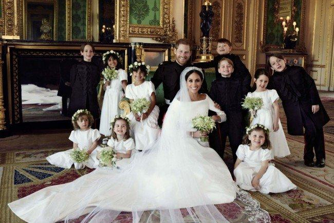 Der Palast hat jetzt offizielle Fotos des Brautpaars veröffentlicht.