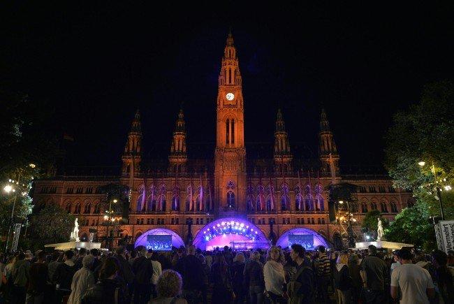 Die Wiener Festwochen eröffnen am Freitag am Rathausplatz.