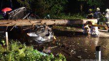 Unwetter: Baum stürzte auf fahrendes Auto