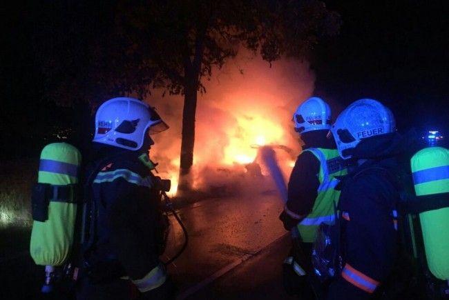Der verunfallte Mercedes in Wien-Favoriten brannte komplett aus.