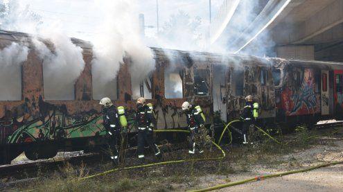 Autobahnsperre in Simmering wegen Waggonbrand alter Züge