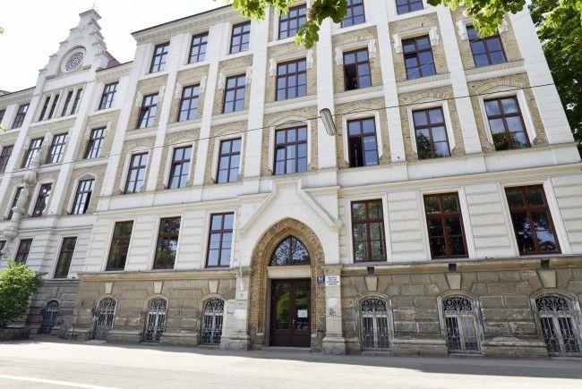 Der 14-Jährige wurde vor einem Polytechnikum in Wien-Währing mit einem Küchenmesser niedergestochen.