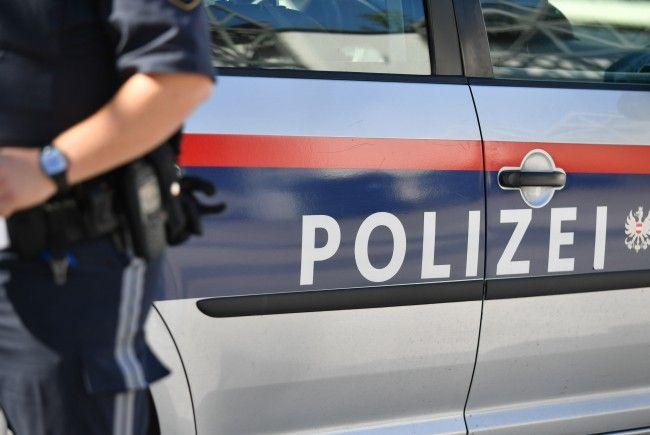 Die 46-Jährige testete ein Softair-Gewehr in ihrem Garten in Wien-Donaustadt.