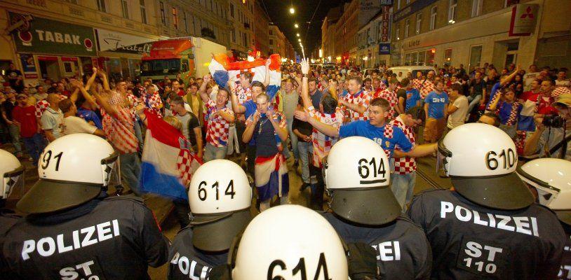 350 Wiener Polizisten mit WEGA & Dienst-hunden zu Kroatiens WM-Spiel im Einsatz